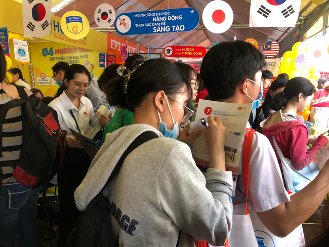 Hàng ngàn học sinh nô nức tham dự ngày hội tư vấn tuyển sinh 2021 - Ảnh 8.