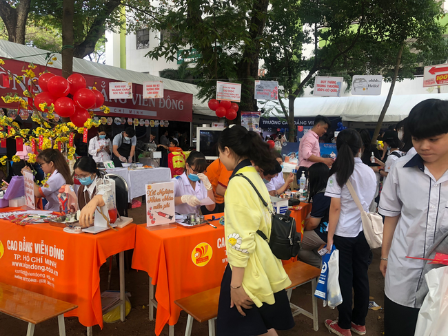 Hàng ngàn học sinh nô nức tham dự ngày hội tư vấn tuyển sinh 2021 - Ảnh 10.