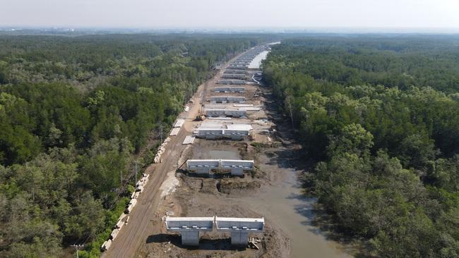 Cận cảnh thi công cao tốc Bến Lức – Long Thành xuyên rừng ngập mặn - Ảnh 12.