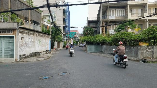 Truy xét băng nhóm dàn cảnh móc túi người phụ nữ táo tợn cách trụ sở UBND phường chỉ khoảng 20 mét - Ảnh 1.