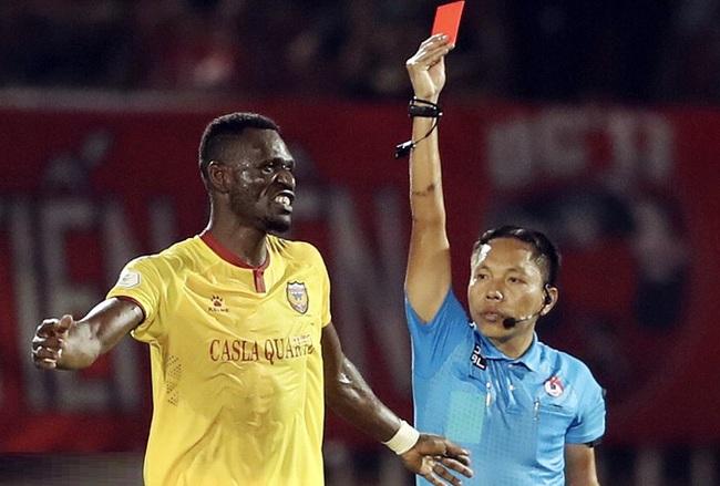 Kelley Kester nhận thẻ đỏ sau khi đã bị rút 2 thẻ vàng trước đó.