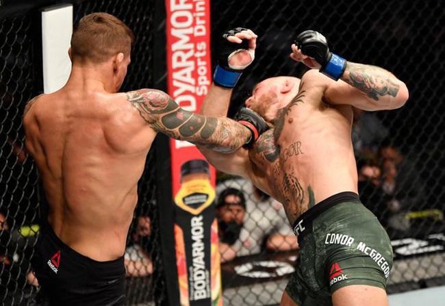 Cú đấm mạnh vào cằm khiến McGregor ngã ngửa.