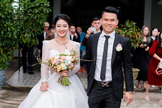 """Cầu thủ """"nghèo"""" nhất U23 Việt Nam trao hoa cưới cho... người lạ - Ảnh 1."""