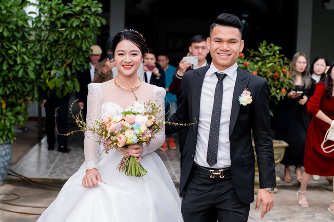 """Cầu thủ """"nghèo"""" nhất U23 Việt Nam trao hoa cưới cho... người lạ - Ảnh 13."""