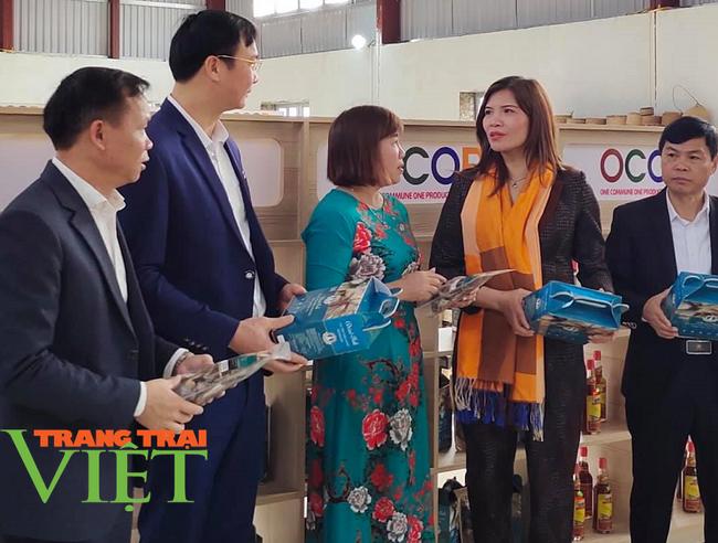 Khai trương điểm giới thiệu và bán sản phẩm OCOP tại huyện Quỳnh Nhai - Ảnh 2.