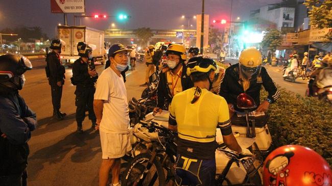 """Người đi xe đạp tập thể thao chạy dàn hàng từng đoàn, vượt đèn đỏ """"tá hỏa"""" vì bị CSGT phạt nặng - Ảnh 2."""