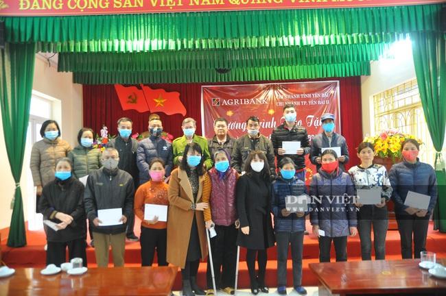 Agribank TP Yên Bái 2 tặng quà tết xum vầy - Ảnh 1.