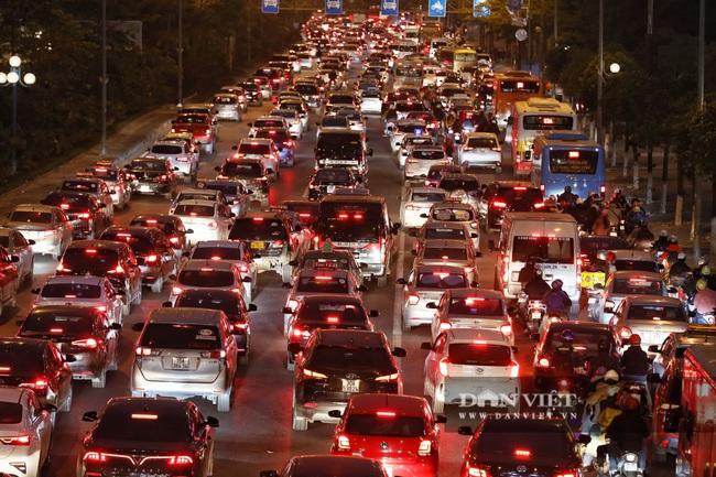 """Bến xe đông nghẹt, hàng nghìn người """"tay xách nách mang"""" trở lại Hà Nội - Ảnh 10."""
