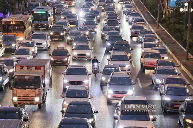 """Bến xe đông nghẹt, hàng nghìn người """"tay xách nách mang"""" trở lại Hà Nội - Ảnh 12."""