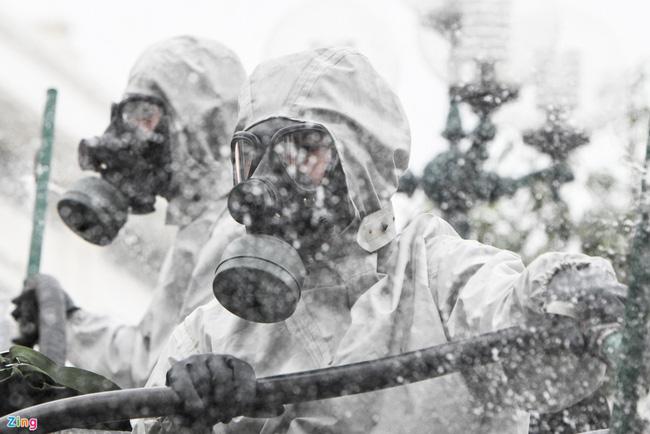 Quân đội khử khuẩn toàn bộ khu cách ly ở Chí Linh  - Ảnh 6.