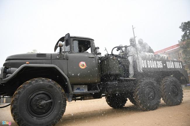 Quân đội khử khuẩn toàn bộ khu cách ly ở Chí Linh  - Ảnh 7.