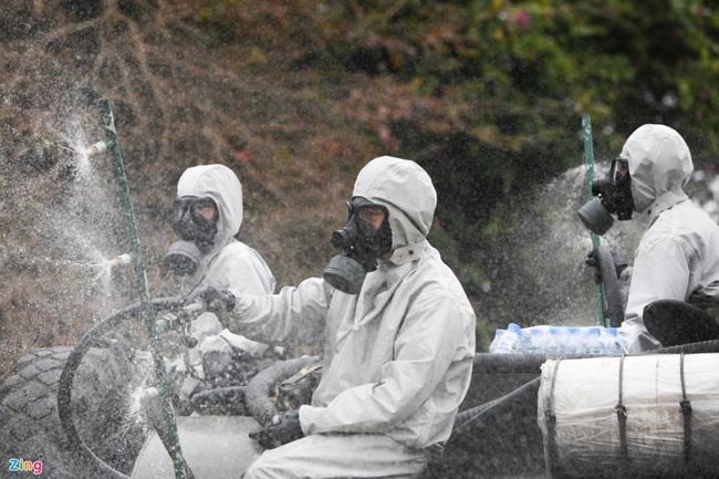 Quân đội khử khuẩn toàn bộ khu cách ly ở Chí Linh  - Ảnh 9.