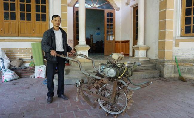 Thái Nguyên: Một ông nông dân sáng chế ra chiếc máy cày mini, vừa cày bừa vừa bón phân tự động, tiện lợi bất ngờ - Ảnh 1.