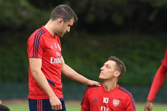 """Arsenal muốn """"tống khứ"""" Ozil và Sokratis."""