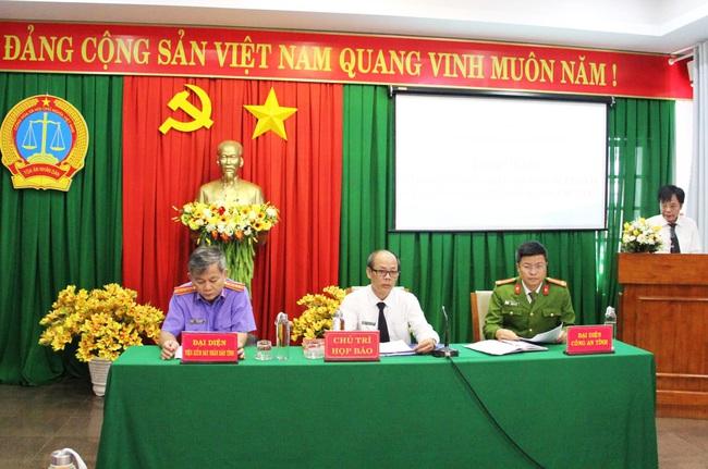 Chuẩn bị xét xử đại gia Trịnh Sướng làm xăng giả, hồ sơ phải dùng xe tải chở sang tòa - Ảnh 1.
