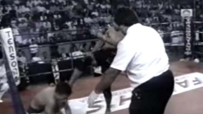 """BẤT NGỜ: Trọng tài """"khuyên"""" võ sĩ MMA đá bất tỉnh đối thủ - Ảnh 1."""