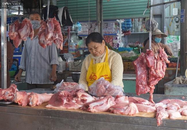 Đà Nẵng: Cận Tết Nguyên đán giá thịt heo leo thang, tiểu thương than thở vì kém người mua - Ảnh 1.