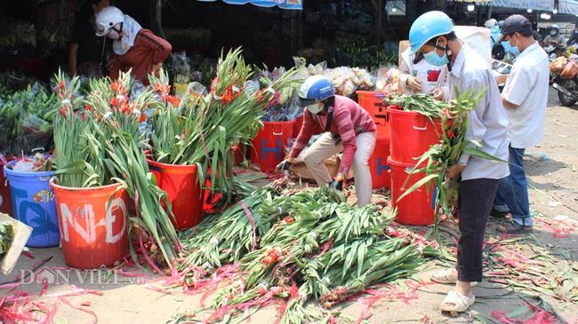 Đến ngày 10/2 (tức 29 tết), lượng hoa kiểng chưng tết ở chợ đầu mối nông sản Thủ Đức vẫn còn khá nhiều do sức mua chậm