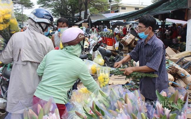 Chủ một sạp hoa lớn trong chợ phải dời hoa ra ngoài bán lẻ từng bó