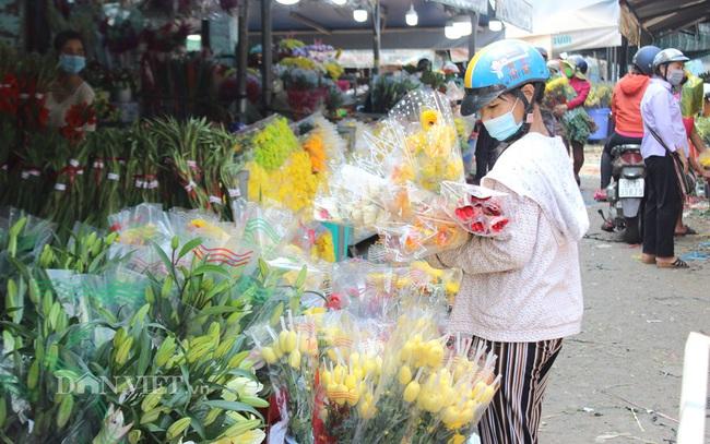 Khách hàng lựa mua hoa ở chợ đầu mối trưa 29 tết