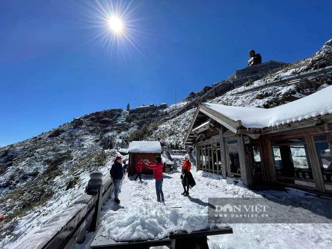 Du khách đổ xô lên Fansipan ngắm tuyết ngày 29 Tết Tân Sửu 2021 - Ảnh 2.
