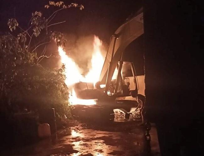 Kon Tum: Chiếc máy múc trị giá gần 1 tỷ đồng bị đốt cháy sáng 29 tết - Ảnh 1.