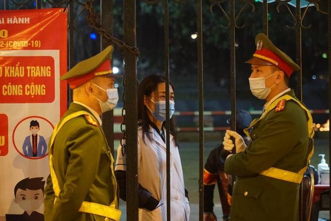 CẬP NHẬT: Nhiều gia đình ở Đà Nẵng đưa con cháu đi tham quan, chụp ảnh kỷ niệm đêm giao thừa - Ảnh 1.