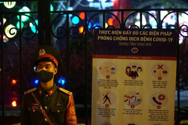 CẬP NHẬT: Nhiều gia đình ở Đà Nẵng đưa con cháu đi tham quan, chụp ảnh kỷ niệm đêm giao thừa - Ảnh 2.