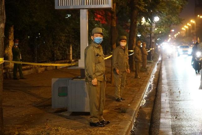 CẬP NHẬT: Nhiều gia đình ở Đà Nẵng đưa con cháu đi tham quan, chụp ảnh kỷ niệm đêm giao thừa - Ảnh 3.