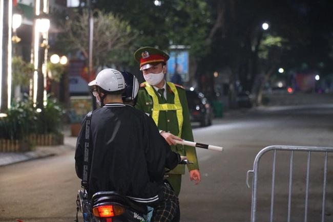 CẬP NHẬT: Nhiều gia đình ở Đà Nẵng đưa con cháu đi tham quan, chụp ảnh kỷ niệm đêm giao thừa - Ảnh 4.