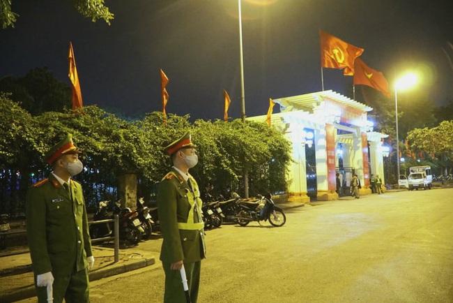 CẬP NHẬT: Nhiều gia đình ở Đà Nẵng đưa con cháu đi tham quan, chụp ảnh kỷ niệm đêm giao thừa - Ảnh 5.