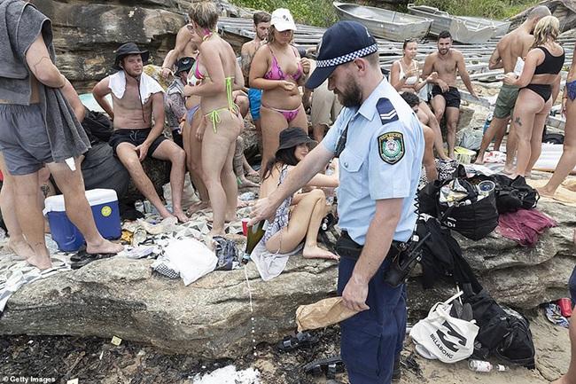 Các bãi biển nổi tiếng Australia dập dìu sắc màu bikini dịp Quốc khánh - Ảnh 10.