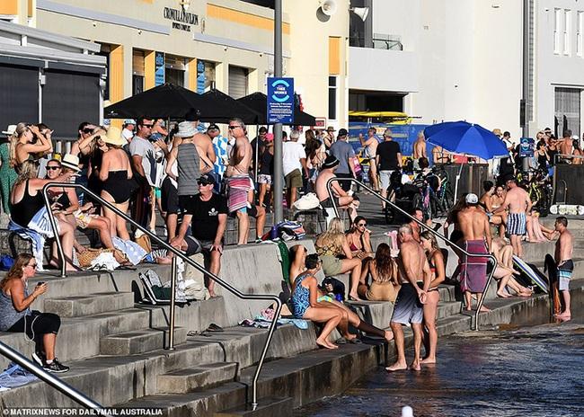 Các bãi biển nổi tiếng Australia dập dìu sắc màu bikini dịp Quốc khánh - Ảnh 3.
