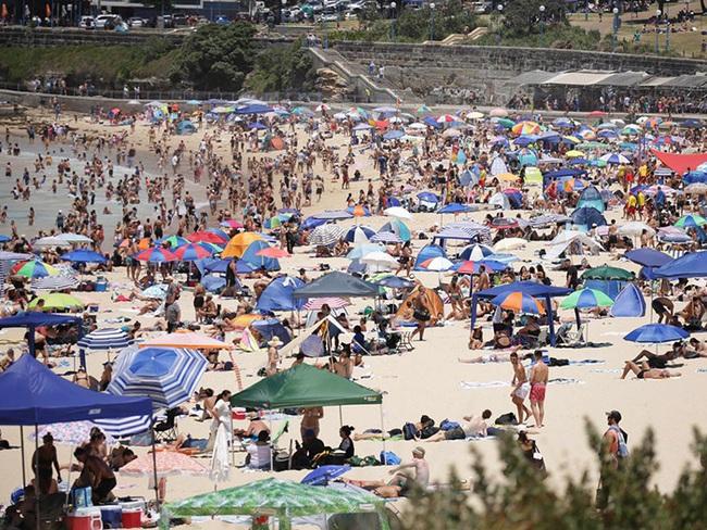 Các bãi biển nổi tiếng Australia dập dìu sắc màu bikini dịp Quốc khánh - Ảnh 1.