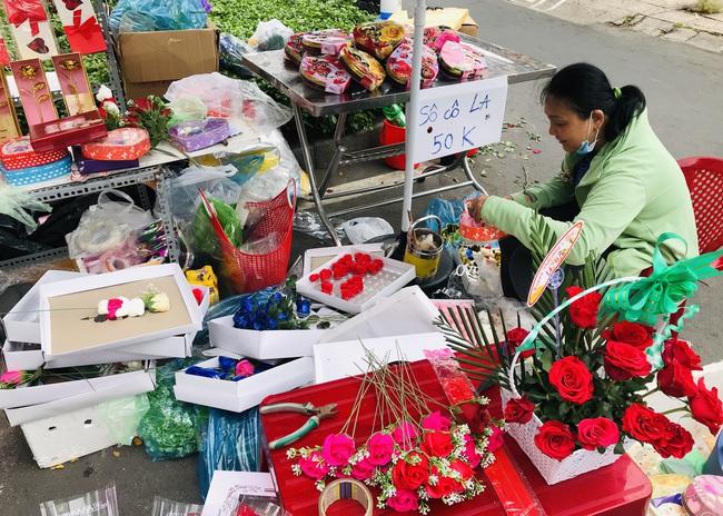 TP.HCM: Lễ tình nhân, 2 ngày mới được 2 bó hoa và vài con gấu bông - Ảnh 1.