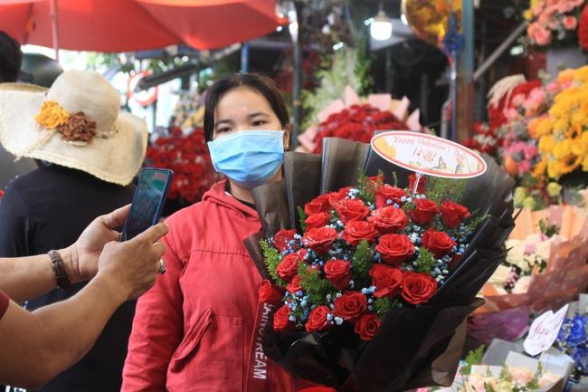 TP.HCM: Lễ tình nhân, 2 ngày mới được 2 bó hoa và vài con gấu bông - Ảnh 3.