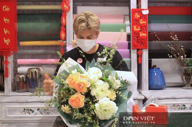 Lễ tình nhân: Hoa tươi, quà tiền triệu bán trên mạng vì Covid-19 - Ảnh 1.