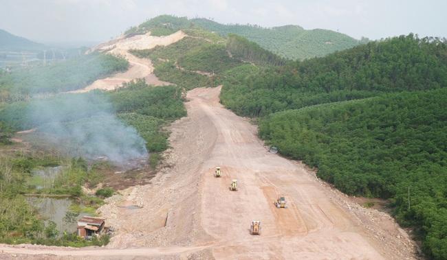 Thứ trưởng Bộ GTVT: Hạn chế tối đa thiếu sót tại dự án cao tốc Cam Lộ- La Sơn - Ảnh 2.