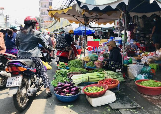 TP.HCM: Chợ, siêu thị bán lại cả ngày sau Tết, rau củ quả ê hề cho người ngán bánh tét, thịt kho trứng - Ảnh 1.
