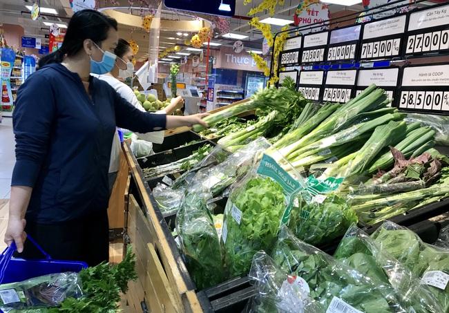 TP.HCM: Chợ, siêu thị bán lại cả ngày sau Tết, rau củ quả ê hề cho người ngán bánh tét, thịt kho trứng - Ảnh 3.