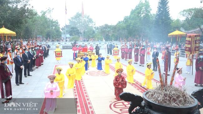 Người dân đeo khẩu trang kín mít khi về khai lễ Đền mẫu Âu Cơ - Ảnh 7.