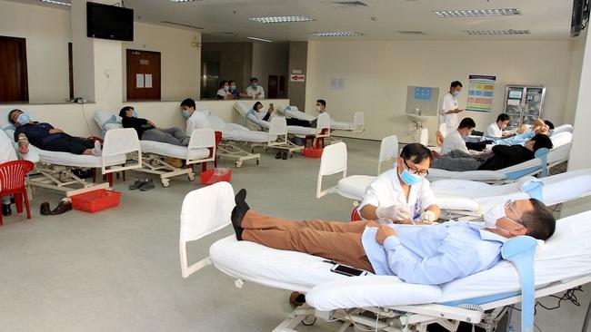 Dịch Covid-19: Các bệnh viện thiếu nguồn máu trầm trọng, hàng trăm y bác sĩ hiến máu cứu người  - Ảnh 1.