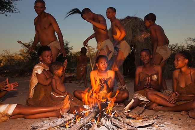 Điệu nhảy chữa bệnh kỳ diệu theo đức tin của bộ lạc San ở châu Phi - Ảnh 4.