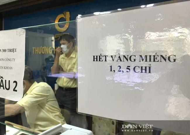 """TP.HCM: Chưa hết ngày vía Thần Tài, vàng miếng SJC 1-5 chỉ đã """"cháy hàng"""" - Ảnh 1."""