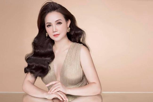 """Phong cách trẻ trung và vóc dáng cực gợi cảm của """"cô Xuyến"""" ở tuổi U50 - Ảnh 4."""