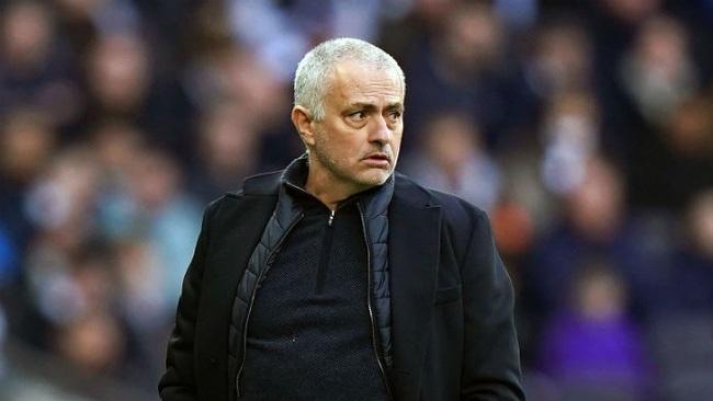 """Mourinho đang trong thế """"ngàn cân treo sợi tóc""""."""