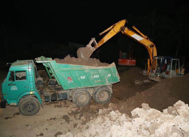 Sóc Trăng: Bắt quả tang nhóm người khai thác đất mặt trái phép giữa đêm - Ảnh 1.