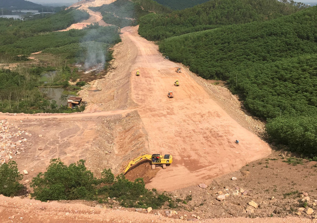 Cao tốc Cam Lộ- La Sơn bị ảnh hưởng tiến độ vì thiếu 2 triệu m3 đất san lấp  - Ảnh 1.