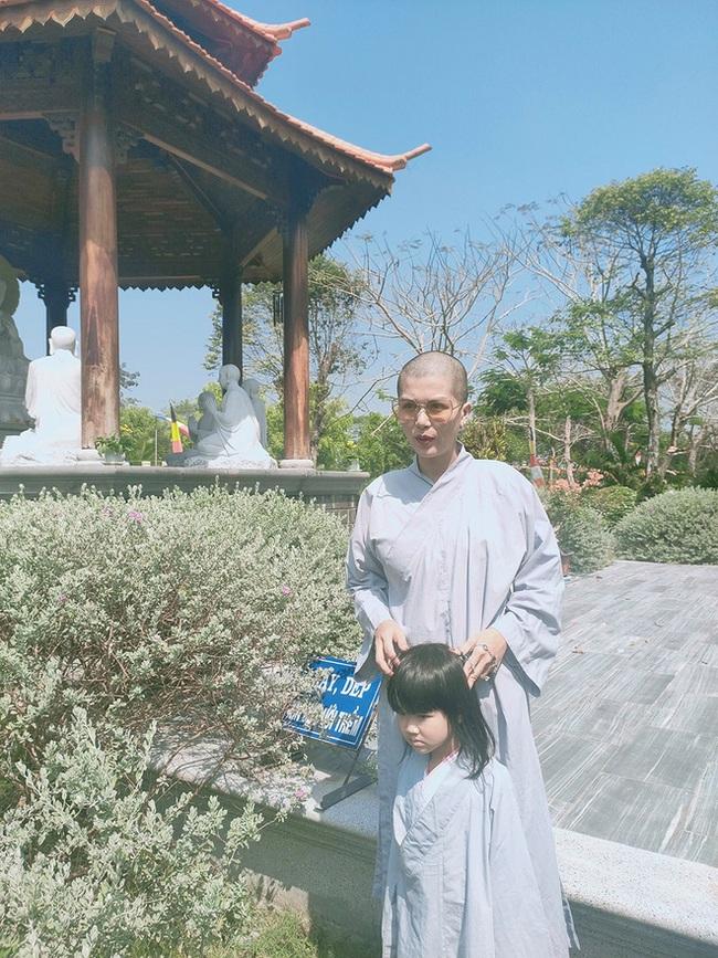 """""""Hoa hậu đông con nhất Việt Nam"""" cạo đầu mặc áo lam, nguyên nhân do đâu? - Ảnh 2."""