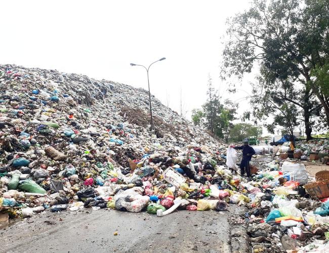 Bạc Liêu: Sau nhiều năm chờ đợi, dân vẫn phải chịu đựng bãi rác quá tải cao hơn 15m - Ảnh 1.